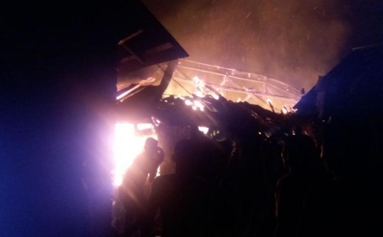 Dua rumah warga di Kampung Coo Barat, Desa Leuwi Coo, Kecamatan Muncang, Kabupaten Lebak ludes terbakar akibat korsleting listrik. (Foto: TitikNOL)