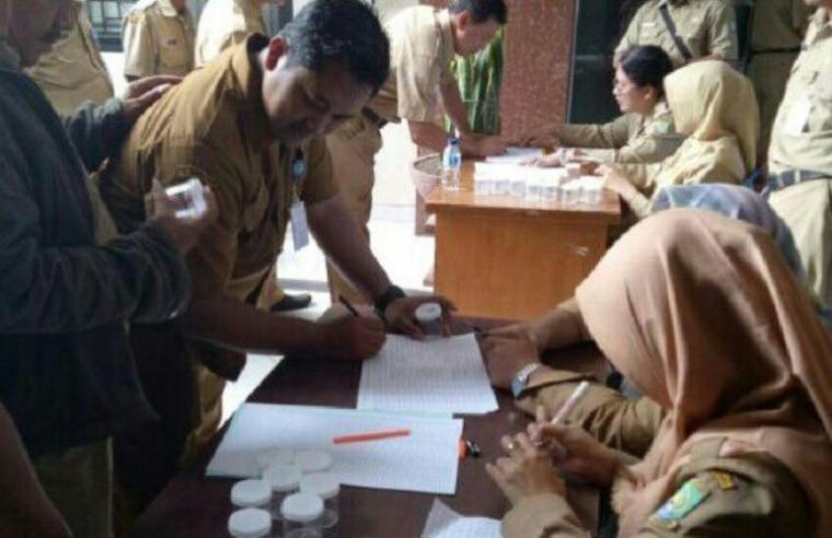 BNN Kota Tangerang bekerjasama dengan Kesbangpol, dan Satreskrim Polrestro Tangerang Kota, menggelar pemeriksaan test urine di Kantor Kecamatan Tangerang, Kota Tangerang. (Foto: TitikNOL)