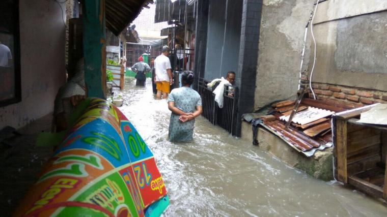 Rumah warga di Lingkungan Rokal terendam banjir. (Foto: TitikNOL)
