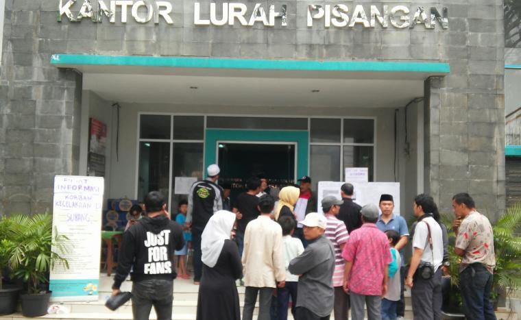 Sejumlah warga berkumpul di depan kantor kelurahan Pisangan berkumpul di depan kantor kelurahan. (Foto: TitikNOL)