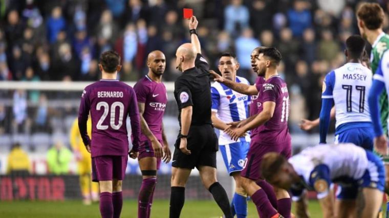 Pemain Manchester City Delph mendapatkan kartu merah dari wasit usai lakukan Pelanggaran. (Dok: Onefootbal)