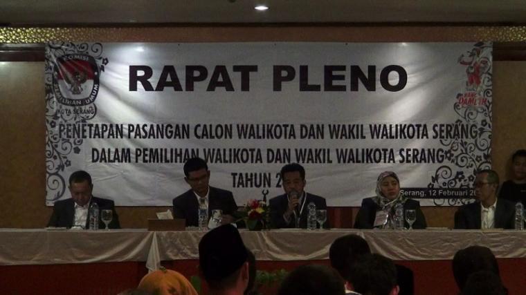 Suasana rapat pleno KPU kota Serang. (Foto: TitikNOL)