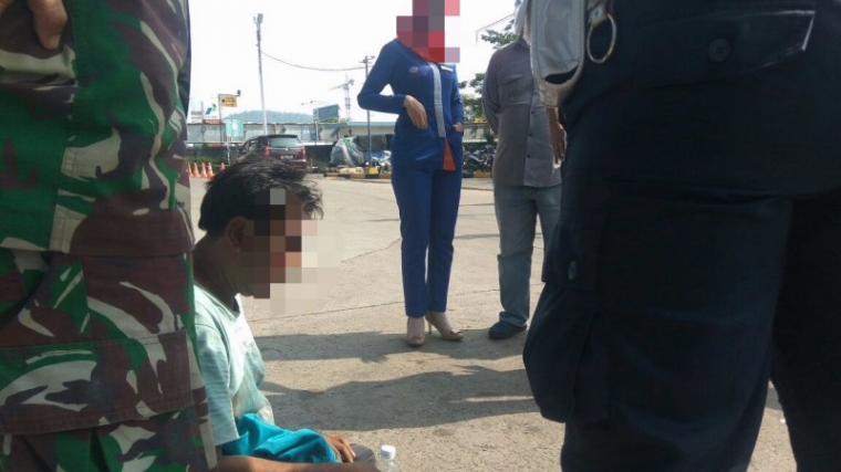 Pelaku tertunduk malu saat ditangkap petugas setelah melakukan pelecehan seksual kepasa pramugrasi kapal di pelabuhan Merak. (Istimewa).