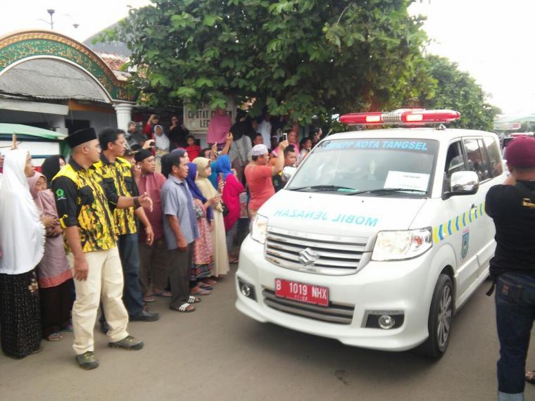 Warga menyambut kedatangan mobil ambulan yang membawa lima jasad korban kecelakaan maut tanjakan Emen, Subang, Jabar. (Foto: TitikNOL)