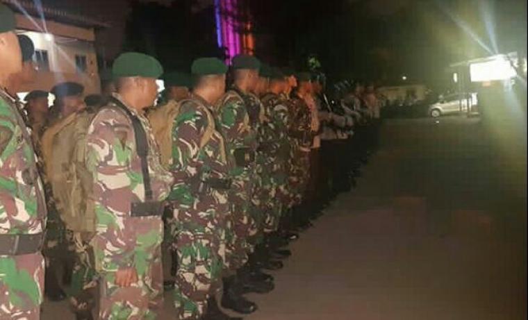 Sejumlah personel gabungan saat bersiaga di Bandara Soetta, Tangerang, menyambut kedatangan Habib Rizieq.