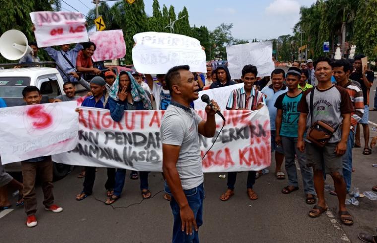 Sopir angkot saat menggelar aksi unjuk rasa di jalan Jenderal Sudirman terkait keberadaan taksi online. (Foto: TitikNOL)