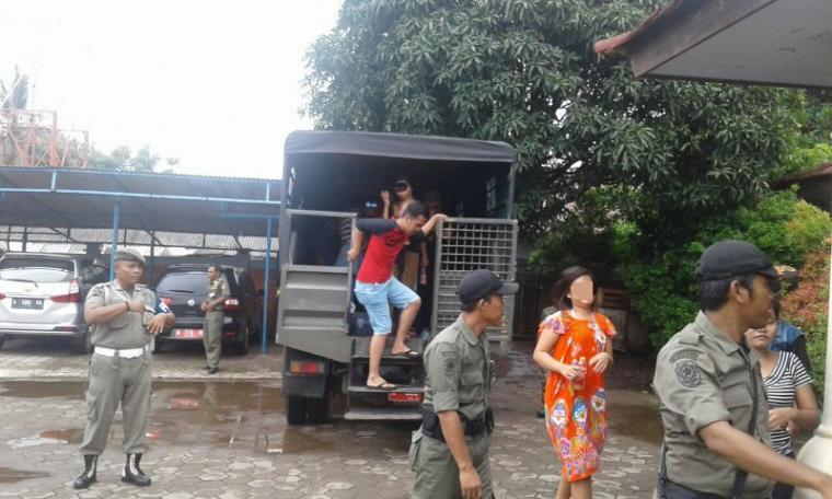 Petugas Satpol PP saat menggelandang penghuni kontrakan yang tidak memiliki keterangan domisili ke Kecamatan Pulomerak. (Foto: TitikNOL)