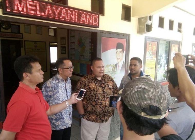Tim kuasa hukum Gusrian dari kantor Gebrakan Advokat Indonesia (GERAK) saat memberikan keterangan Pers kepada awak media usai bertemu dengan Kanit Reskrim Polsek Bayah. (Foto: TitikNOL)