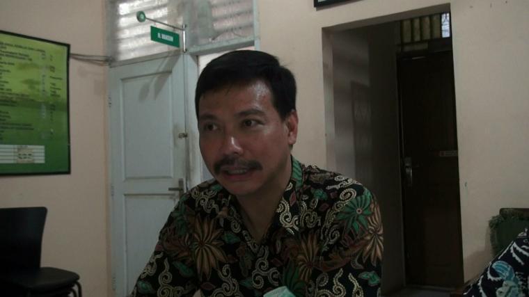 Salah satu dokter di Puskesmas Mancak dr Frankie saat dikomfirmasi wartawan. (Foto: TitikNOL)