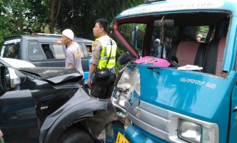 Kendaraan angkutan kota bertabrakan di Desa Selaraja, Kecamatan Warunggunung, Kabupaten Lebak. (Foto: TitikNOL)