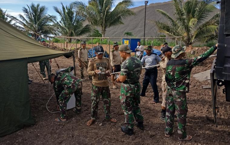 Prajurit Marinir tengah melakukan persiapan di lokasi finish penakluk Selat Sunda di pantai Tanjung Sekong, Merak. (Foto: TitikNOL)