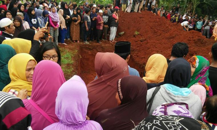 Ratusan warga berkumpul di TPU Legoso, menunggu proses penguburan massal korban kecelakaan Tikungan Emen, Subang, Jabar. (Foto: TitikNOL)