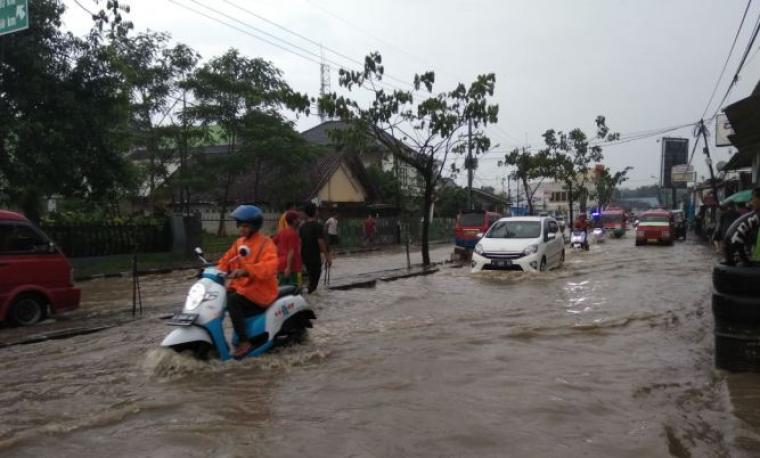 Banjir terjadi di ruas jalan Sunan Kalijaga dan Jalan Otista Rangkasbitung saat turun hujan, kemarin sore. (Foto: TitikNOL)