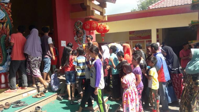 Sejumlah warga etnis Tionghoa saat masuk ke vihara. (Foto: TitikNOL)