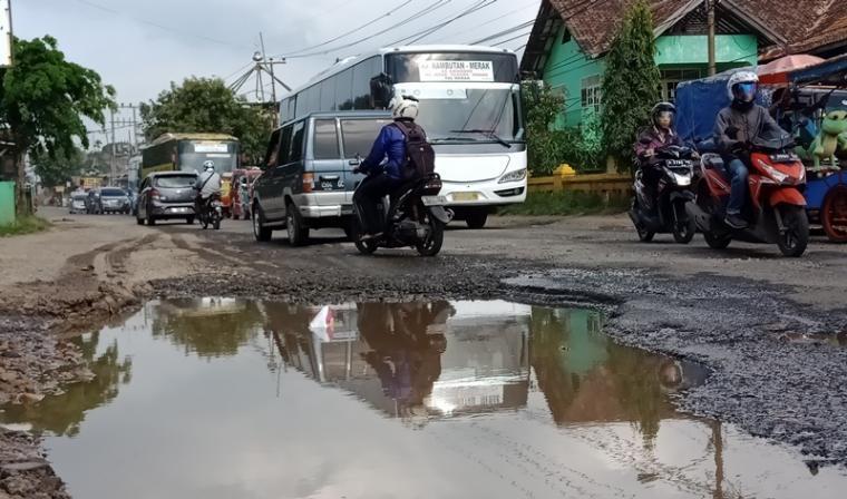 Jalan nasional di Rawa Arum yang mengalami kerusakan . (Foto: TitikNOL)