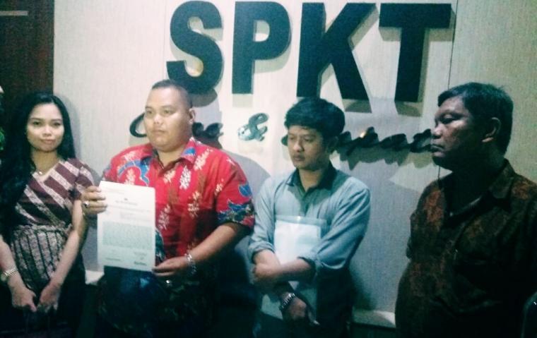 Gusrian dan tim pengacara usai melapor ke Propam Polda Banten. (Foto: TitikNOL)