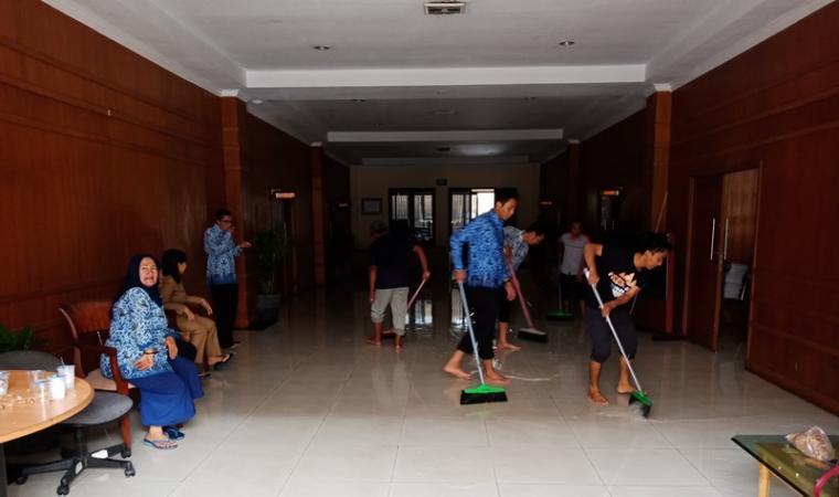 Pegawai di Bagian Keuangan Setwan Kota Cilegon saat membersihkan ruangan yang terendam banjir. (Foto: TitikNOL)