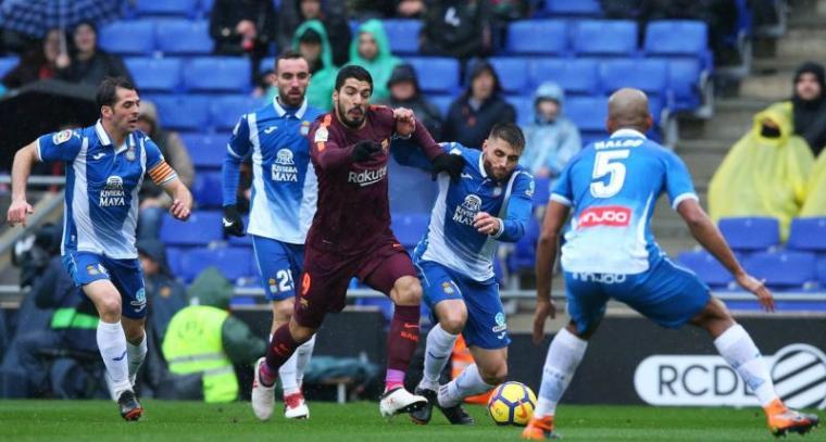 Luis Suarez saat melewati beberapa pemain espanyol. (Dok: Miror)