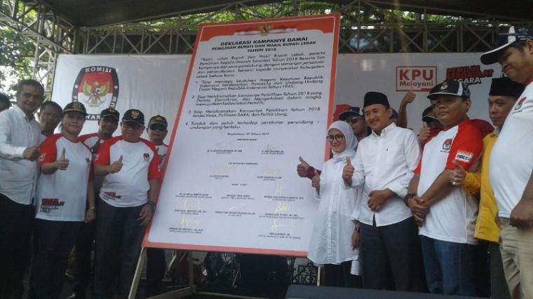 Paslon Iti Octavia Jayabaya dan Ade Sumardi saat menandatangani pernyataan deklarasi kampanye damai. (Foto: TitikNOL)