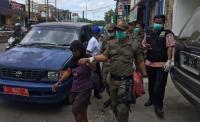 Salah satu korban yang terkenak serbuk PTA PT Indorama Petrochemical saat mendapatkan perawatan di RSKM Cilegon (Foto: Ist).