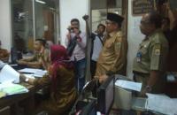 Petugas Polsek Cikande mendata pelajar usai diamankan saat main internet pada jam sekolah. (Foto: TitikNOL)