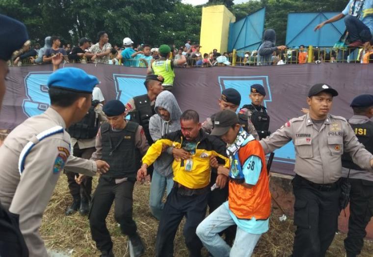 Salah satu penonton mengalami luka di bagian kepala akibat berdesakan saat memaksa masuk. (Foto: TitikNOL)