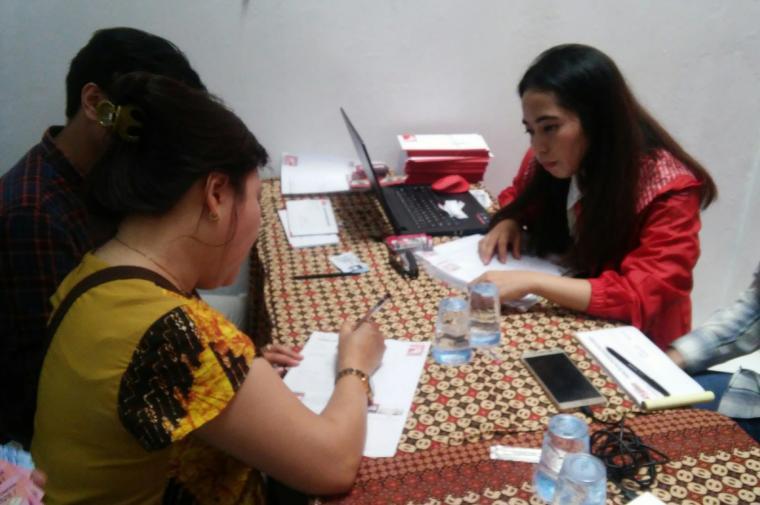 Para warga saat mendaftar ke basecamp PSI. (Foto: TitikNOL)