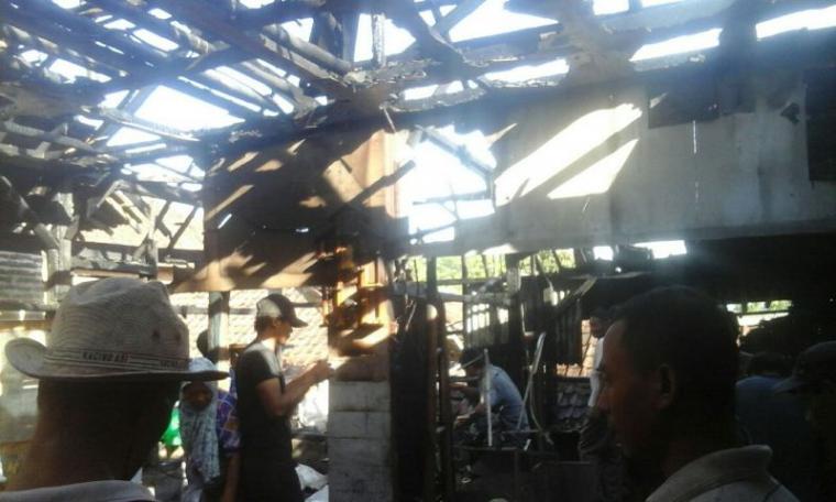 Rumah milik Pulung warga Desa Mekarmanik, Kecamatan Bojongmanik, Kabupaten Lebak ludes terbakar. (Foto: TitikNOL)