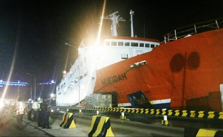 KMP Mufidah sandar di Pelabuhan Merak setelah nyaris senggolan dengan KMP Kirana. (Foto: Istimewa).