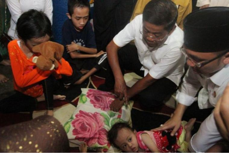 Menteri Sosial Idrus Marham bersama Wakil Gubernur Banten saat datangi rumah penderita gizi buruk. (Foto: TitikNOL)