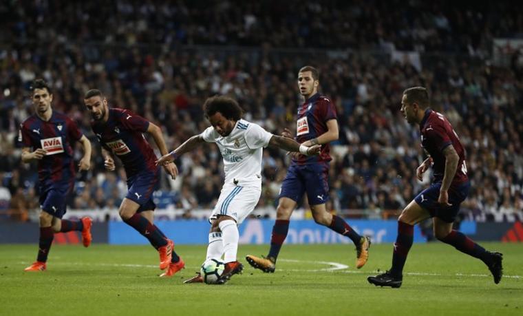 Salah satu pemain Real Madrid, Marcelo saat melewati beberapa pemain Eibar. (Dok: Fcnaija)