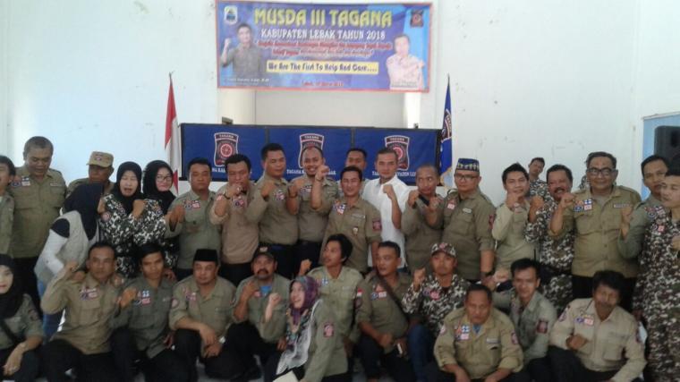 Agus R Wisas wakil ketua Kadin Banten (Kemeja Putih) berfoti bersama pengurus Tagana Kabupaten Lebak. (Foto: TitikNOL)