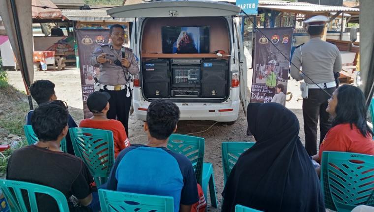 Petugas Satlantas Polres Cilegon memberikan pengarahan dan memperlihatkan video kecelakaan lalu lintas saat Operasi Keselamatan Kalimaya 2018 di Merak . (Foto: TitikNOL)