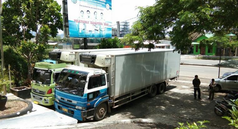 Dua truk kontainer yang diduga memuat ikan impor asal Malaysia diamankan di Karantina Ikan Merak (Foto: Ist).