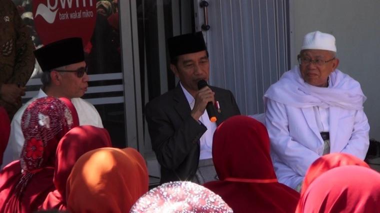 Presiden Republik Indonesia Joko Widodo saat berinteraksi dengan Masyarakat. (Foto: TitikNOL)