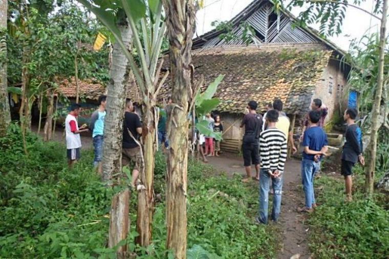 Sejumalah warga saat di lokasi penemuan bayi di Desa Curug Agung, Kecamatan Baros, Kabupaten Serang. (Foto: TitikNOL)