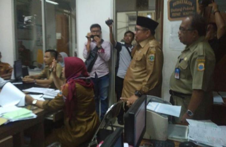 Plt Bupati Lebak Ino S Rawita saat melakukan Sidak di Kantor Disdukcapil Lebak. (Foto: TitikNOL)