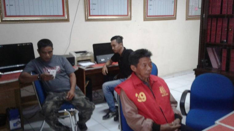 Suparman, oknum Kades saat menjalani pemeriksaan di kantor Kejari Lebak. (Foto: TitikNOL)
