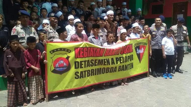 Dansat Brimob Banten Kombes Pol Reeza Herasbudi (ketiga dari kanan) bersama anggota foto bersama dengan seluruh santri dan pengurus ponpes tahfidz Al Quran Ibnu Abbas. (Foto: TitikNOL)