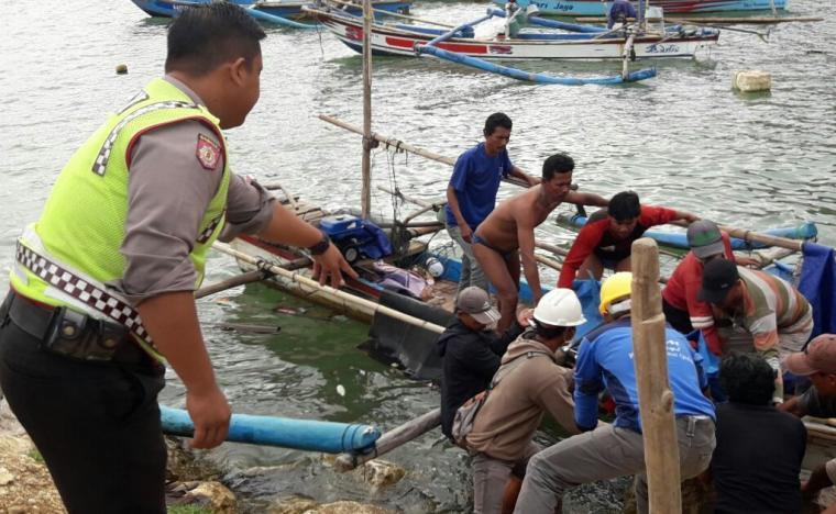 Sejumlah warga dan polisi saat mengevakuasi jasad Samsudin dari atas perahu. (Foto: Ist)