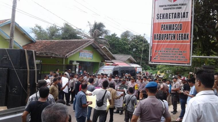 Sejumlah massa yang tergabung di Front Aksi Demokrasi untuk Pilkada Kabupaten Lebak saat melakukan aksi unjukrasa di depan kantor Panwaslu Lebak. (Foto: TitikNOL)