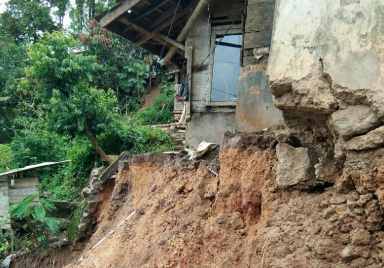Tiga rumah warga Kampung Ciparay, Desa Sukamulya, Kecamatan Cibeber, Lebak - Banten dilaporkan rusak akibat tertimpa longsoran material tanah. (Foto: Ist)