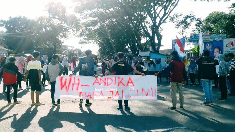 Puluhan Pemuda Kecamatan Malingping yang tergabung di LPP Pilar Cimunity menggelar aksi menagih janji politik Gubernur dan Wakil Gubernur Banten, WH - Andika. (Foto: TitikNOL)