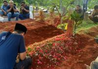 Petugas Satuan Reserse Narkoba Polres Metro Jakarta Barat saat membawa barang bukti kurang lebih 40 kilogram sabu dan 20.000 butir pil ekstasi. (Foto: TitikNOL)