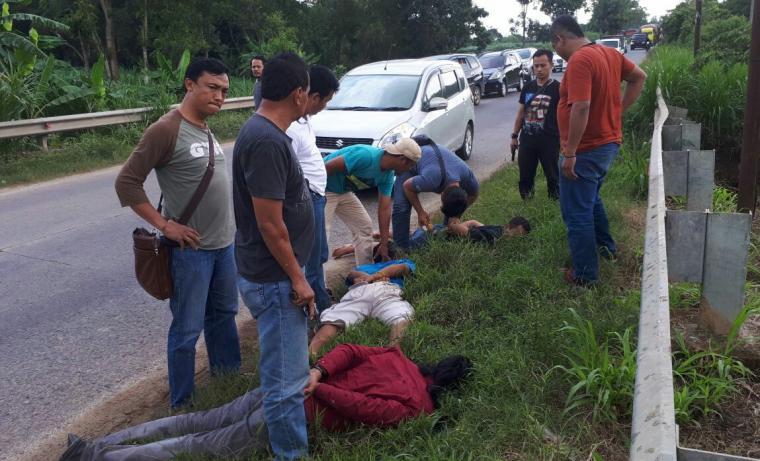 Tiga pelaku saat diamankan polisi. (Foto: TitikNOL)
