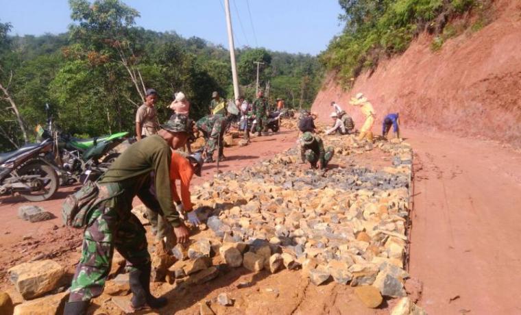 125 anggota TNI Kodim 0603/Lebak dan masyarakat bahu membahu membangun jalan penghubung Desa Cimanyangray, Kecamatan Gunungkencana - Desa Parakanlima, Kecamatan Cirinten. (Foto: TitikNOL)