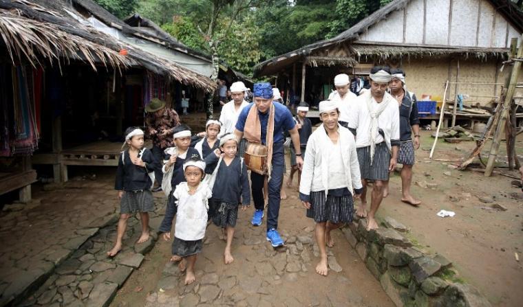 AHY saba warga Baduy disambut hangat oleh anak-anak suku Baduy luar dan Baduy dalam. (Foto: TitikNOL)