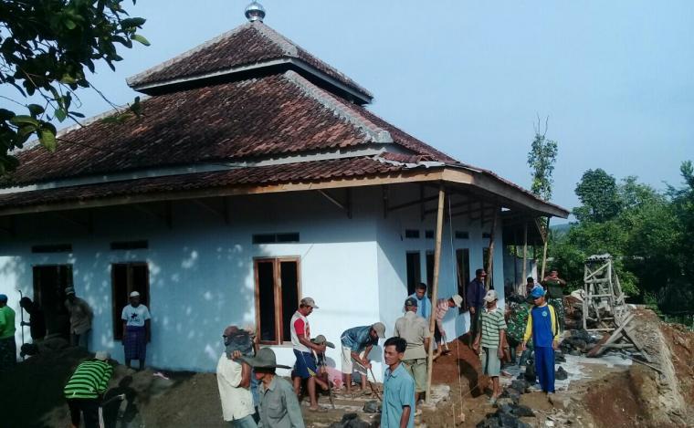 Salah satu mesjid di Desa Cimanyangray tengah di lakukan perbaikan oleh personel TNI dan Polri serta masyarakar di kegiatan TMMD Kodim Lebak. (Foto: TitikNOL)