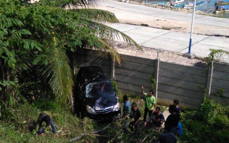 Mobil Avanza F 1412 SM yang dikemudikan Uci Kades Sogong, Kecamatan Panggarangan mengalami kecelakaan jatuh ke tebing jalan di kawasan Dermaga PT. Cemindo Gemilang. (Foto: TitikNOL)