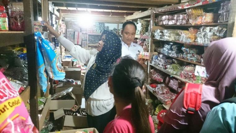 Petugas BNN Kota Cilegon saat melakukan sidak ke pedagang permen di Pasar Blok F. (Istimewa).